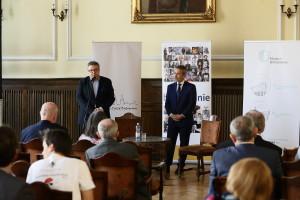 Dyrektor Muzeum Górnośląskiego Leszek Jodliński i Piotr Koj witają uczestników konferencji Bytom Tożsamość Miasta